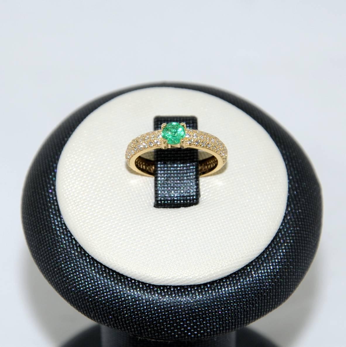 кольцо с изумрудом 750 пробы